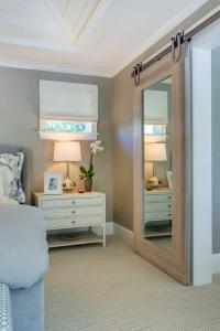 drzwi przesuwne z lustrem w sypialni