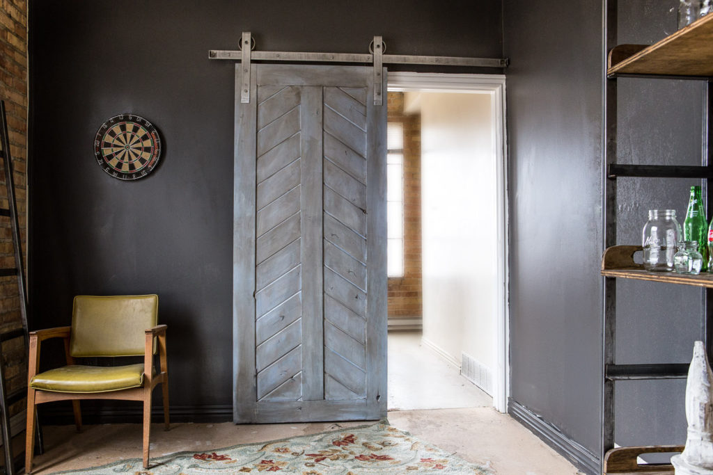 szare drzwi przesuwne, ciemne ściany