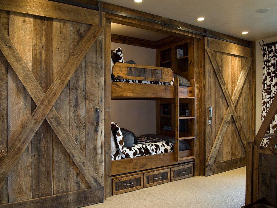 Drewniane drzwi przesuwne w pokoju dziecięcym