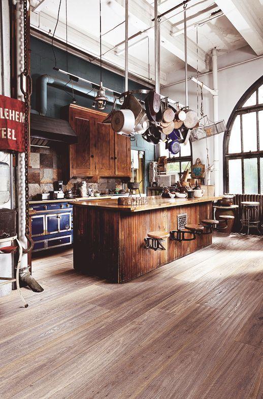 Stare drewno w industrialnym wnętrzu