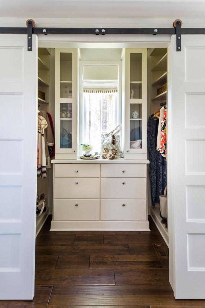 przesuwne drzwi dwuskrzydłowe w garderobie