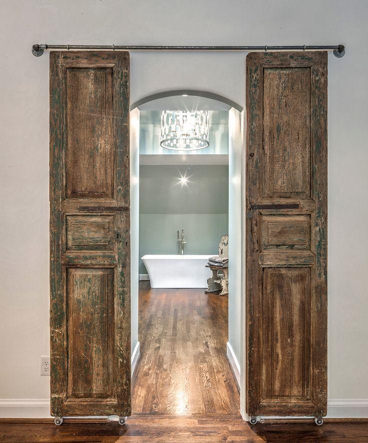 wąskie przesuwne drzwi dwuskrzydłowe do łazienki