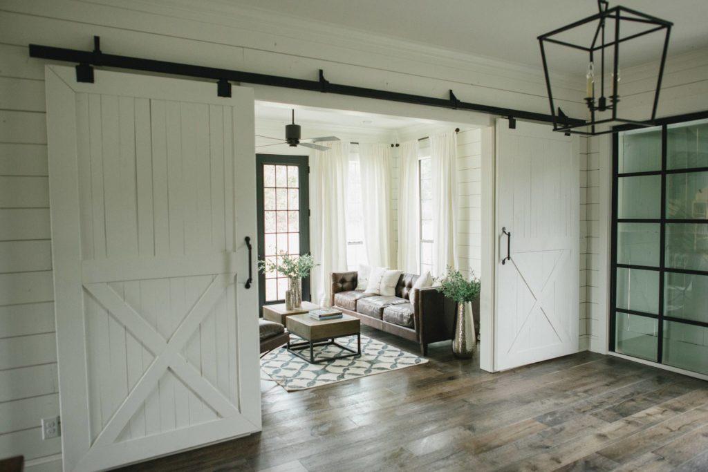 drzwi przesuwne dwuskrzydłowe łączące salon z korytarzem