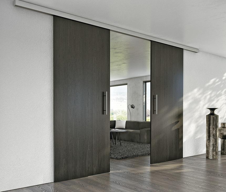 drewniane drzwi podwieszane pozwalają zachować jednolity charakter podłogi